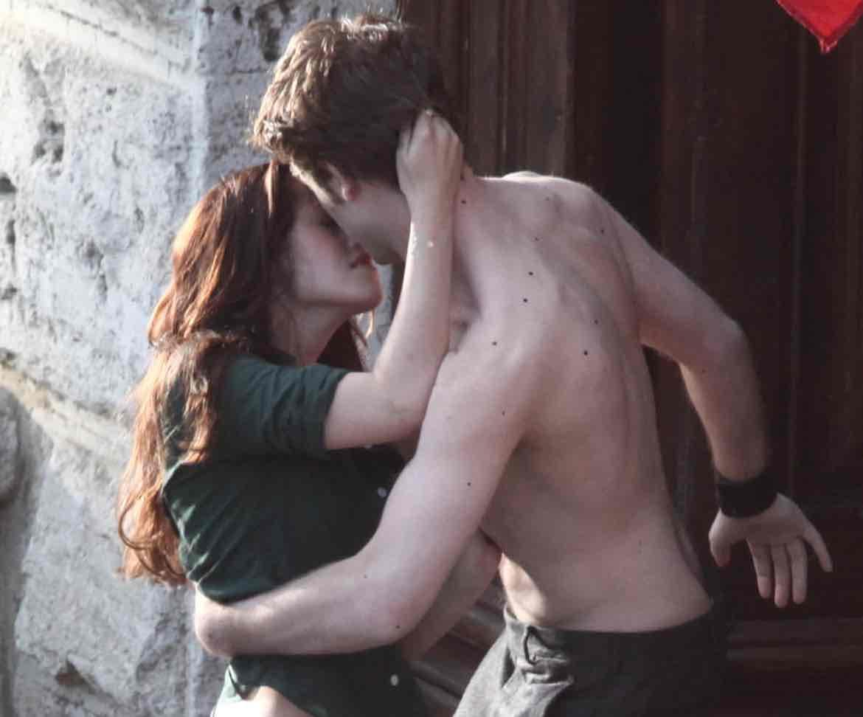New Moon: Kristen Stewart and Robert Pattinson Kissing Scene