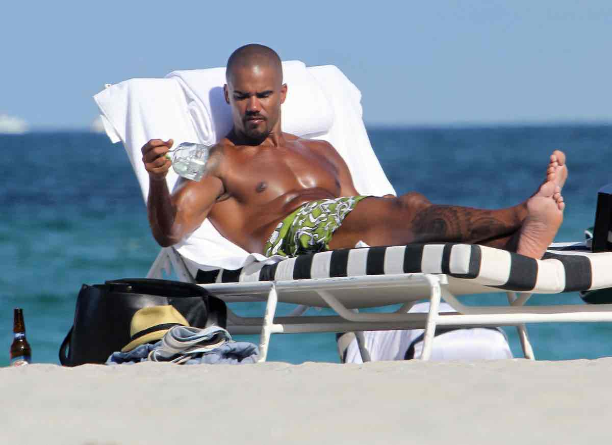 Shemar Moore Relaxes Beachside With Tequila