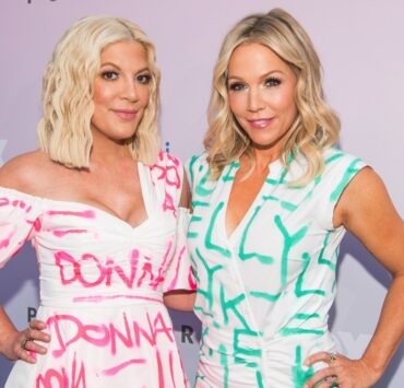 "Tori Spelling and Jennie Garth ""Beverly Hills 90210"" Peach Pit Pop-Up"