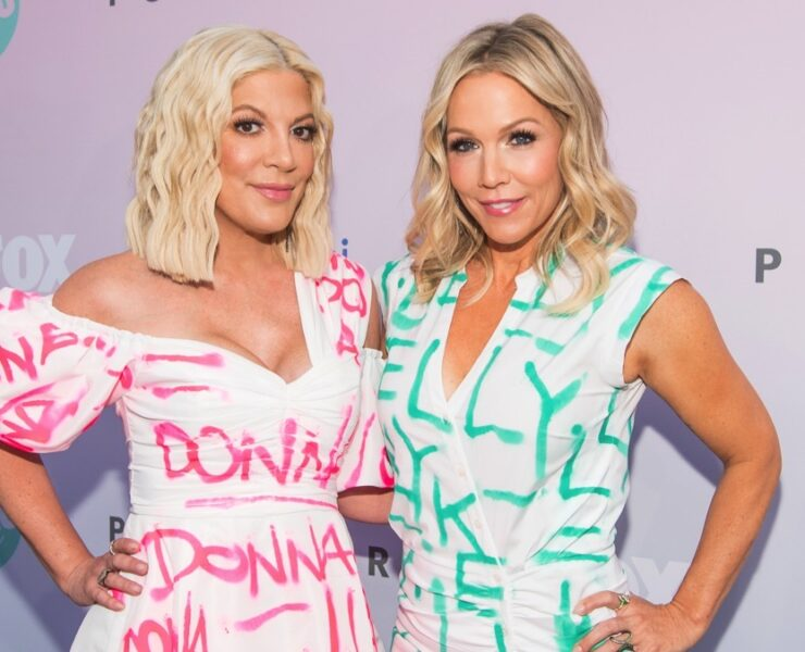 "Tori Spelling and Jennie Garth ""Beverly Hills 90210"" Peach Pit Pop-Up"